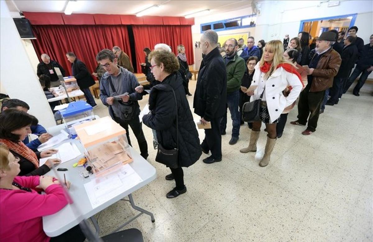 Cola en el colegio Josep Janer de L'Hospitalet para votar en las elecciones generales