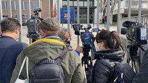 Periodistas ante las oficinas del Barça.