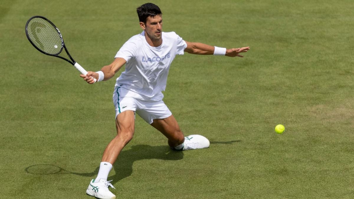 Djokovic se entrena en Wimbledon.