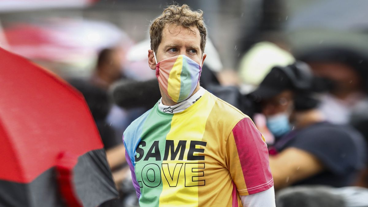 Vettel, con la camiseta de colores que simboliza la lucha LGTBI, que contiene la frase Same love (Mismo amor), este domingo.