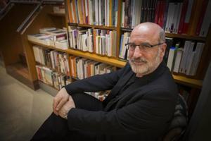 Fernando Aramburu posa en la librería Laie de Barcelona.
