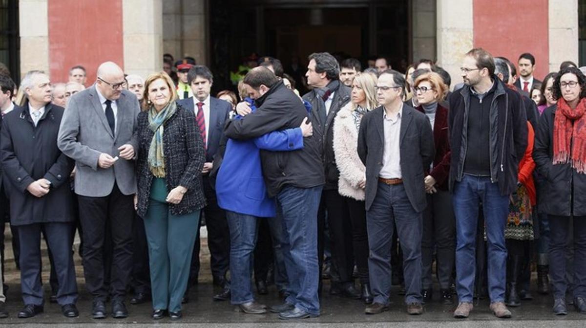 El líder de ERC, Oriol Junqueras, se abraza con la portavoz del partido, Anna Simó, durante el minuto de silencio por las víctimas del accidente aéreo en el Parlament.