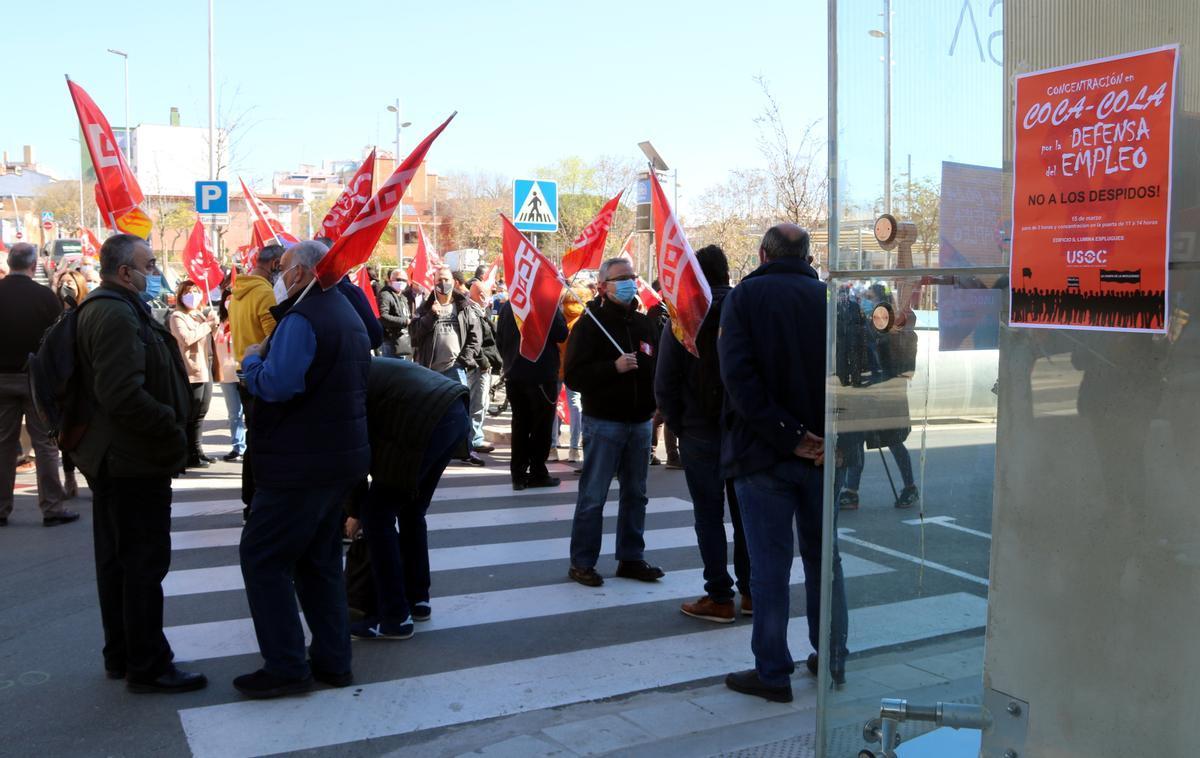 Protesta de los trabajadores de Coca Cola amenazados por un ERE en Esplugues