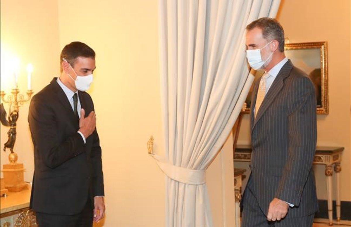 El Rey y el presidente del Gobierno, Pedro Sánchez, se saludan en el Instituto Cervantes