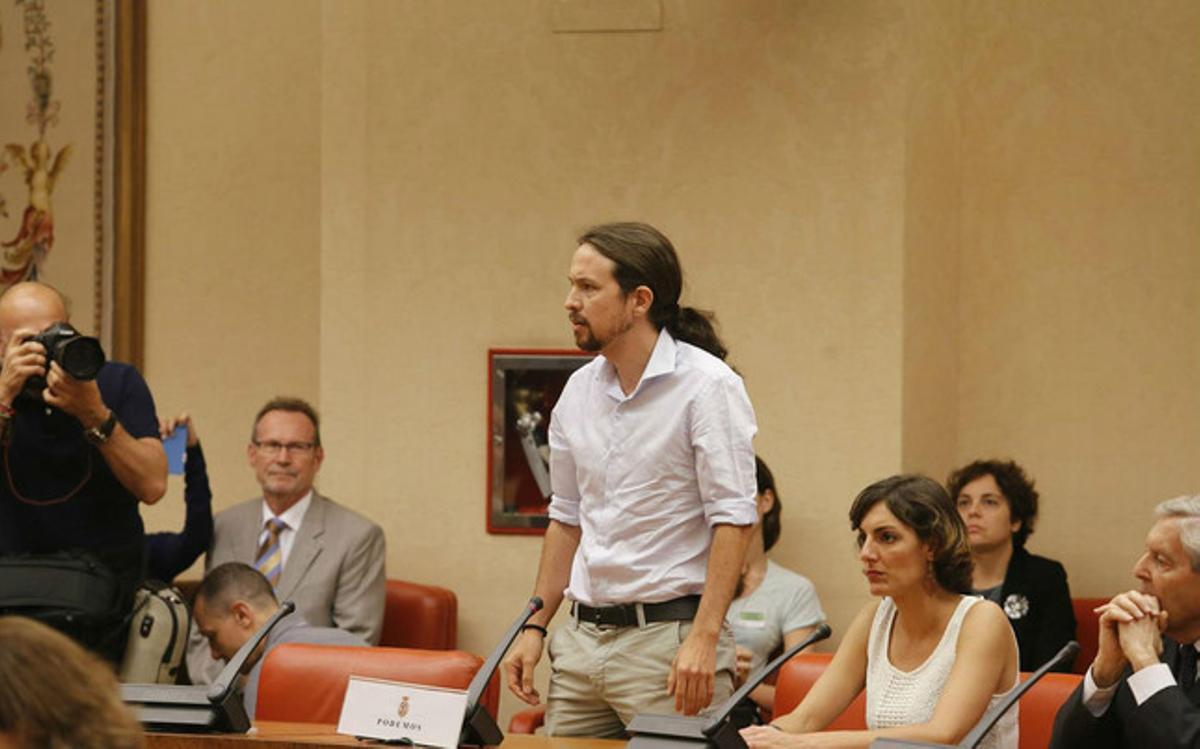 Pablo Iglesias, junto a los también eurodiputados de Podemos Dolores Sánchez y Carlos Jiménez Villarejo, promete la Constitución.