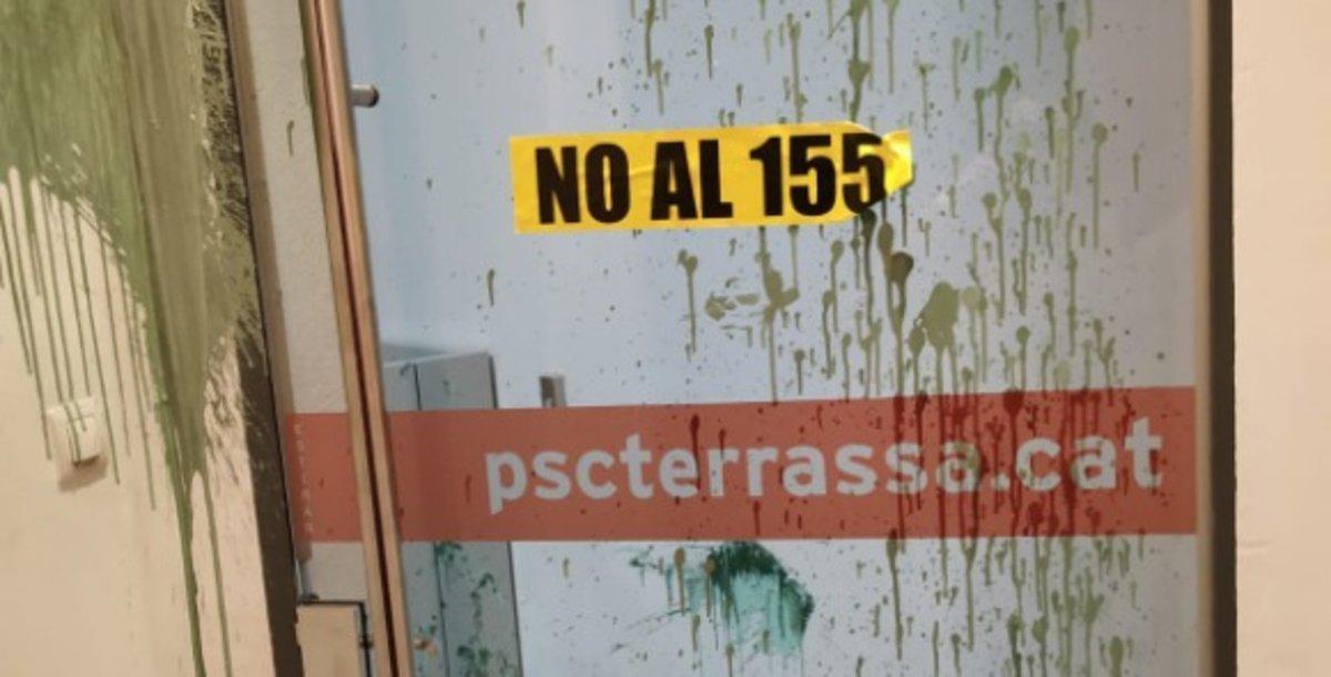 Entrada de la sede del PSC en Terrassa tras sufrir un ataque de independentistas.