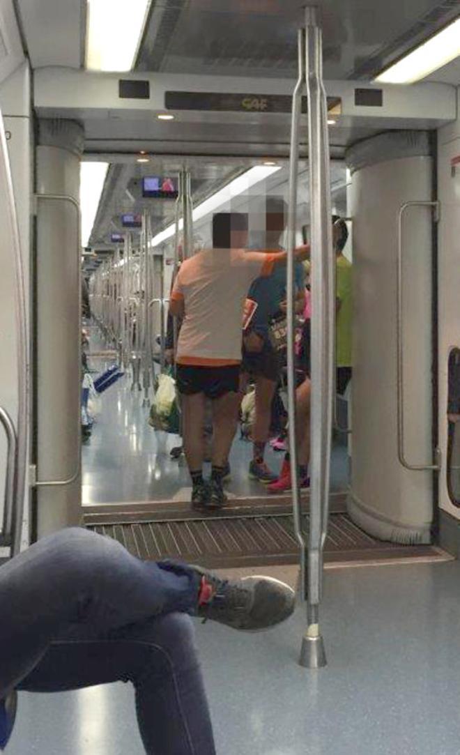 EL PERIÓDICO descobreix maratonians amb dorsal al metro