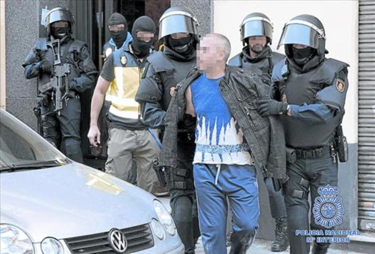 Imagen de un video facilitado por la Policía Nacional de la detención de uno de los nueve sospechosos.