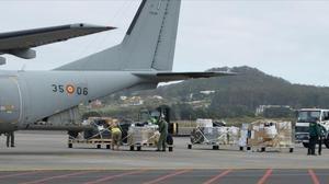 Miembros del Ejército del Aire y la Guardia Civil desembarcan en el aeropuerto de Tenerife Norte con material sanitario.