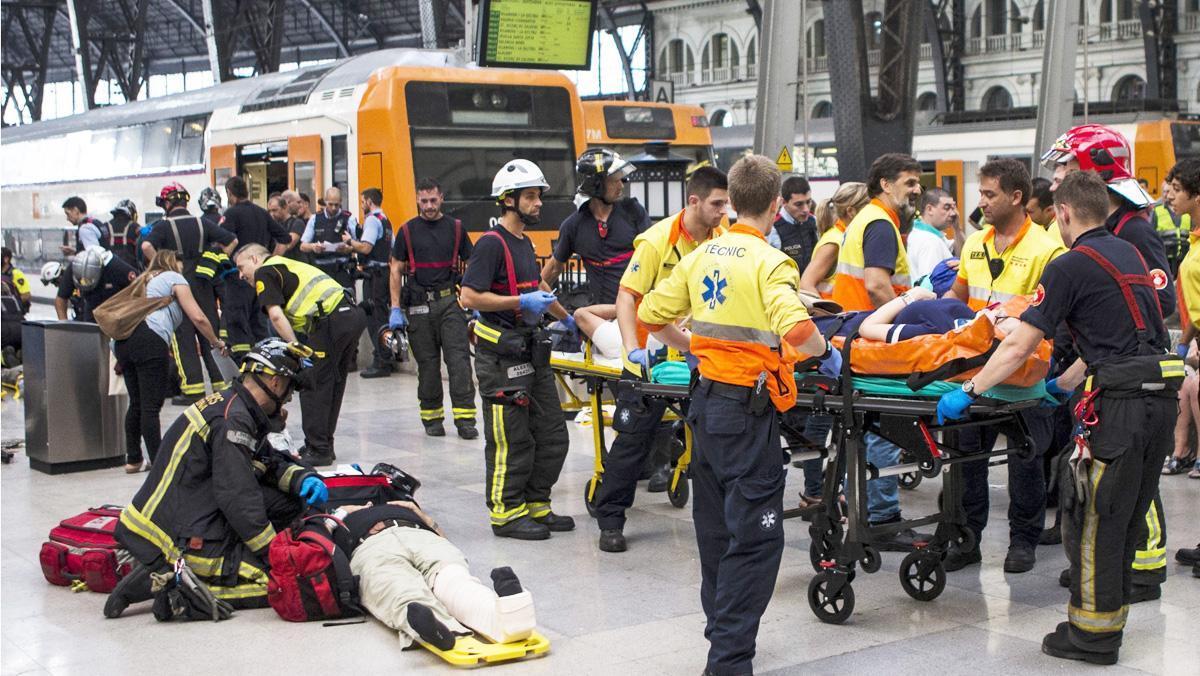 Los equipos de emergencia atienden a los pasajeros heridos en el andén de la Estació de França.