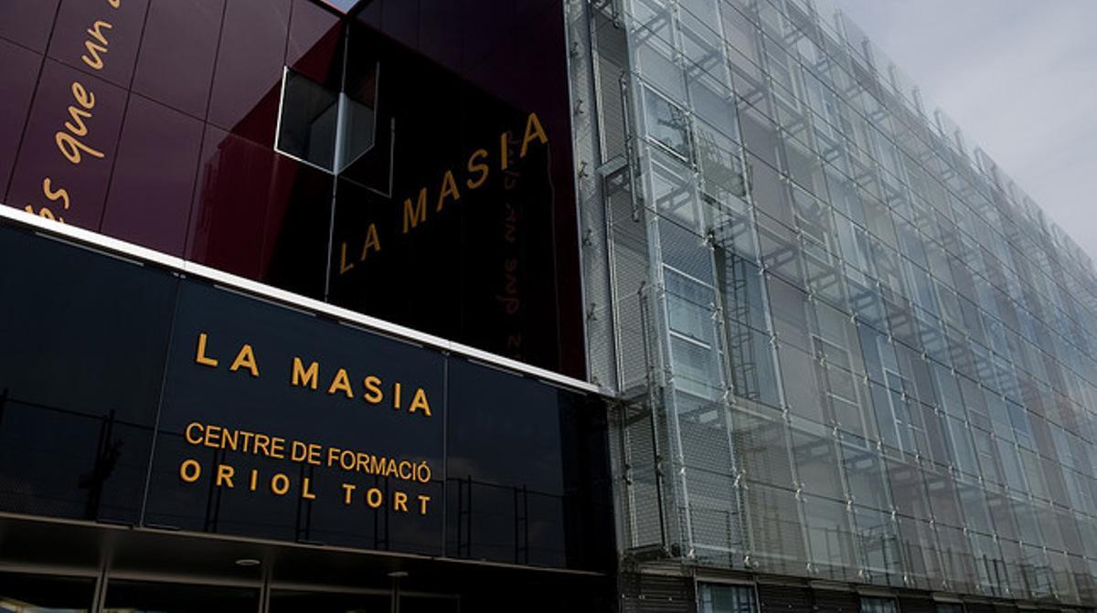 Fachada de la nueva Masia del Barça, bautizada con el nombre de Oriol Tort, en la ciutat esportiva Joan Gamper.
