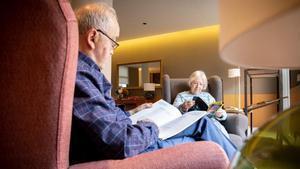 Espacios para la lectura en las zonas comunes de los apartamentos con servicios de Cugat Natura, una alternativa a la residencia tradicional.