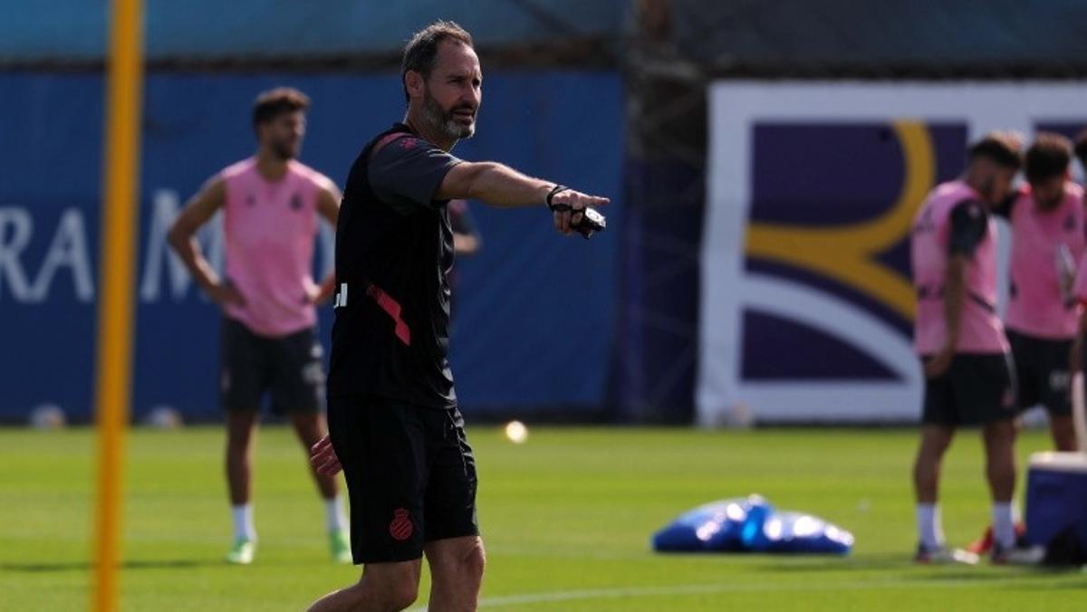 Vicente Moreno, en un entrenamiento del Espanyol en Sant Adrià.