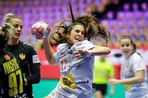 La jugadora de la selección Jennifer Gutiérrez ejecuta un lanzamiento en el partido ante Montenegro.
