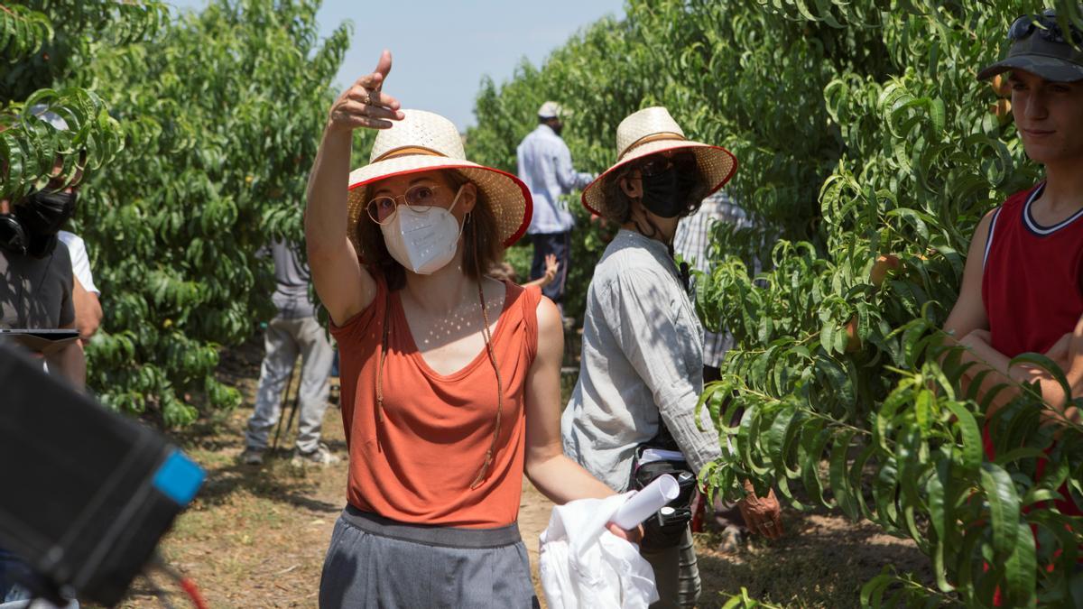 Carla Simón, en el rodaje de su película 'Alcarràs'