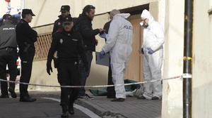 Policías en la entrada del domicilio donde se halló el cadáver.