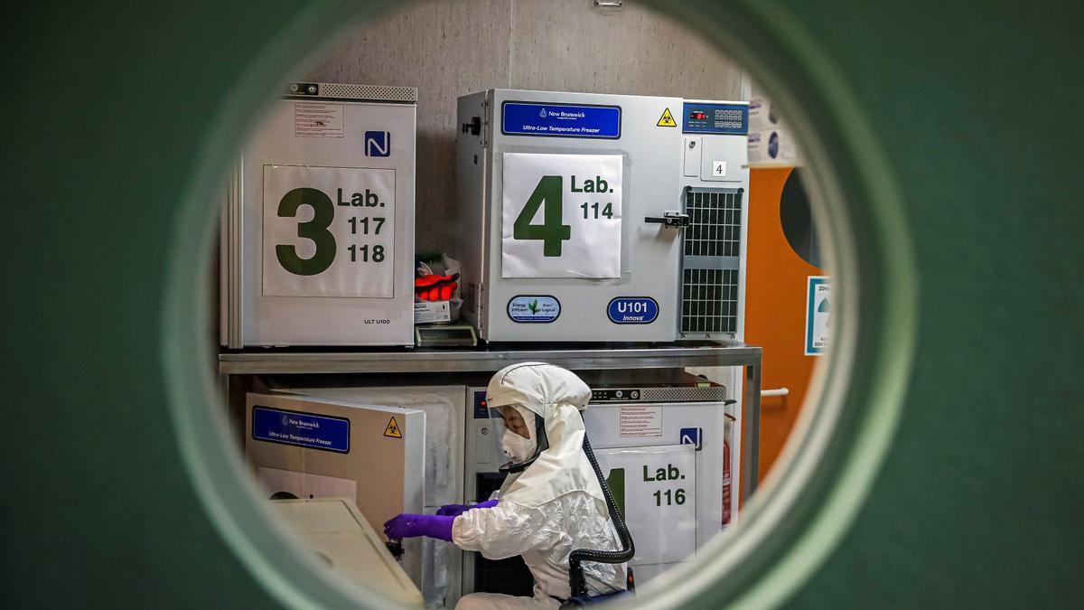 Un trabajador, en el laboratorio de alta seguridad en el Centro Nacional de Biotecnología en Madrid, en enero del año pasado.