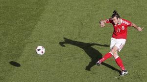 Gareth Bale centra durante el partido disputado por Gales e Irlanda del Norte en París.