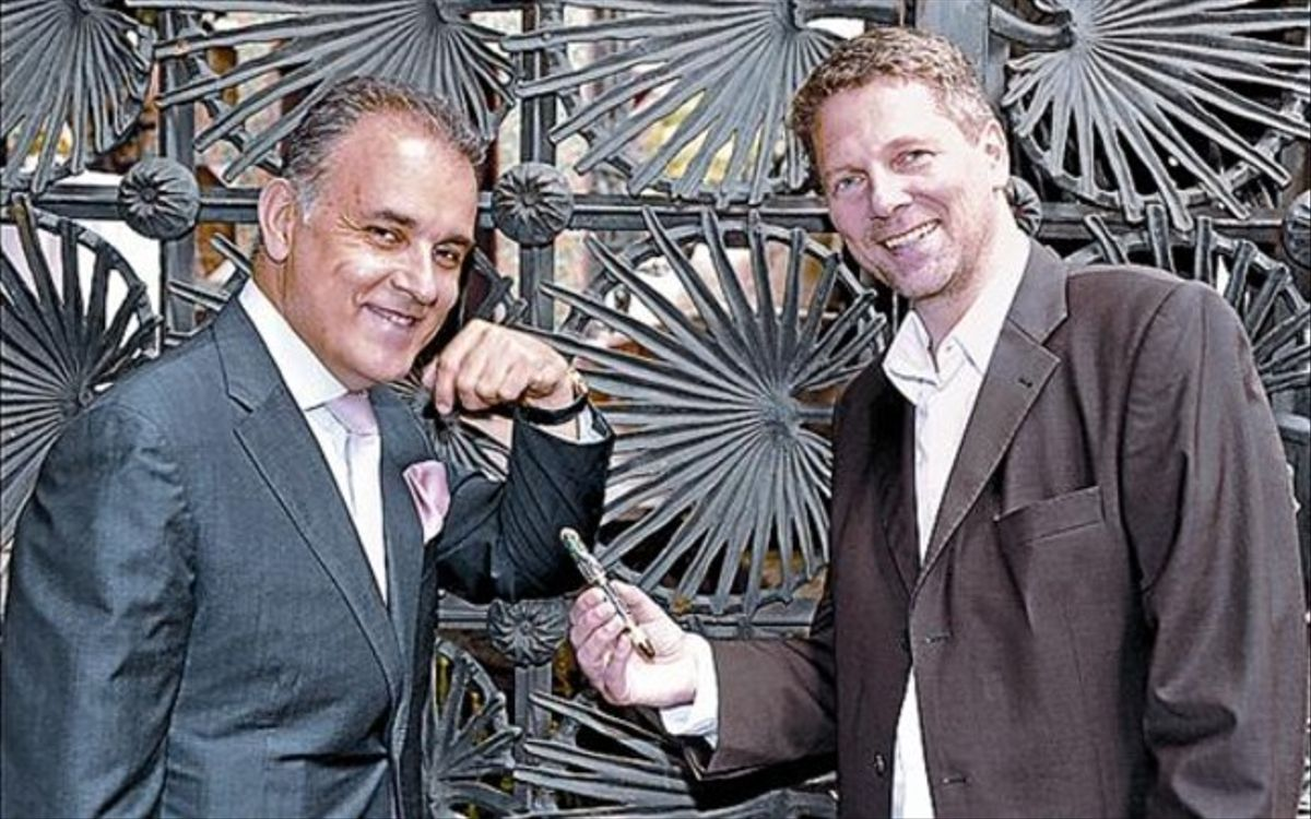 Hubert Wiese, de Montblanc, y Jan Zalder, creador de la pluma, ayer.