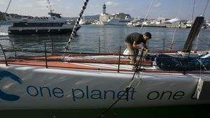 Dídac Costa, en el velero con el que participará en la Vendee Globe.