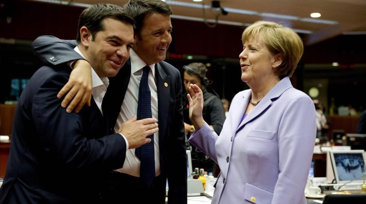 Alexis Tsipras (izq), primer ministro de Grecia; su homónimo italiano, Matteo Renzi (centro) y Angela Merkel, cancillera alemana, en Bruselas, el 25 de junio del 2015.