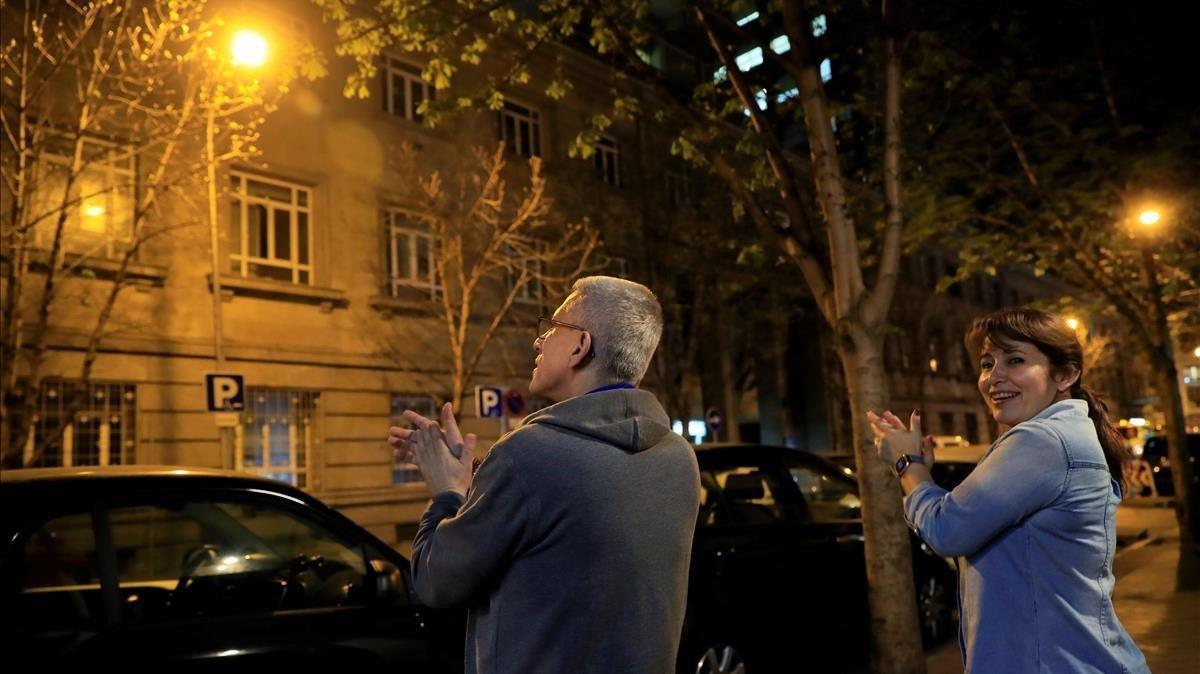 Ciudadanos aplauden la labor de los sanitarios frente al Hospital Universitario de la Princesa de Madrid, como homenaje a todos aquellos que están trabajando para combatir el coronavirus en España