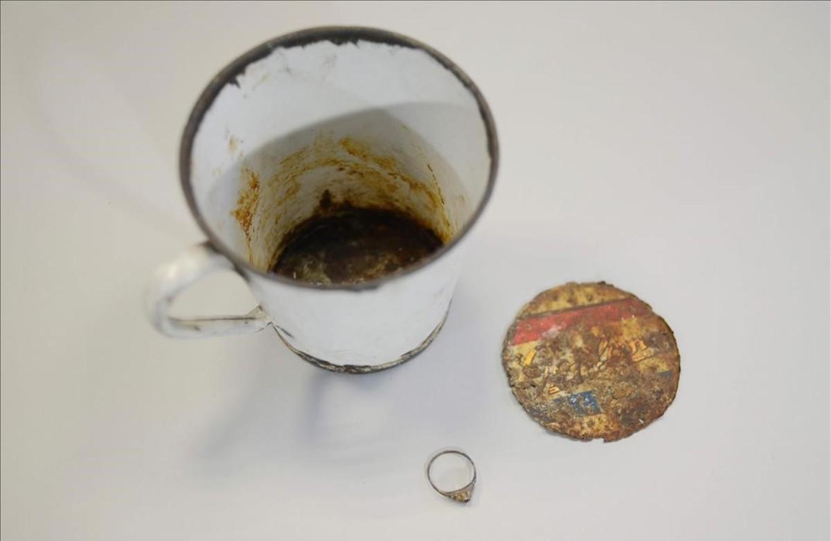 Taza de metal con doble fondo donde se escondieron joyas en el campo de concentración de Auschwitz.