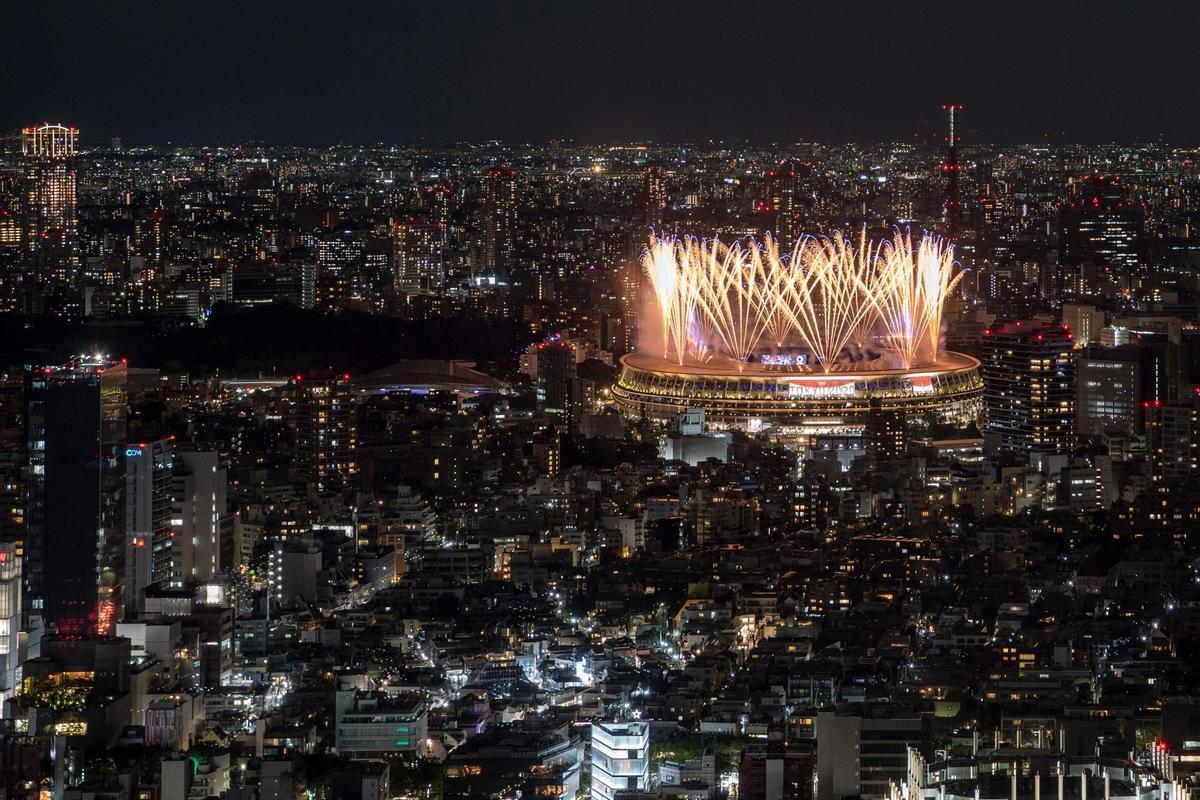 Fuegos artificiales sobre el estadio olímpico en la inauguración de los Juegos.