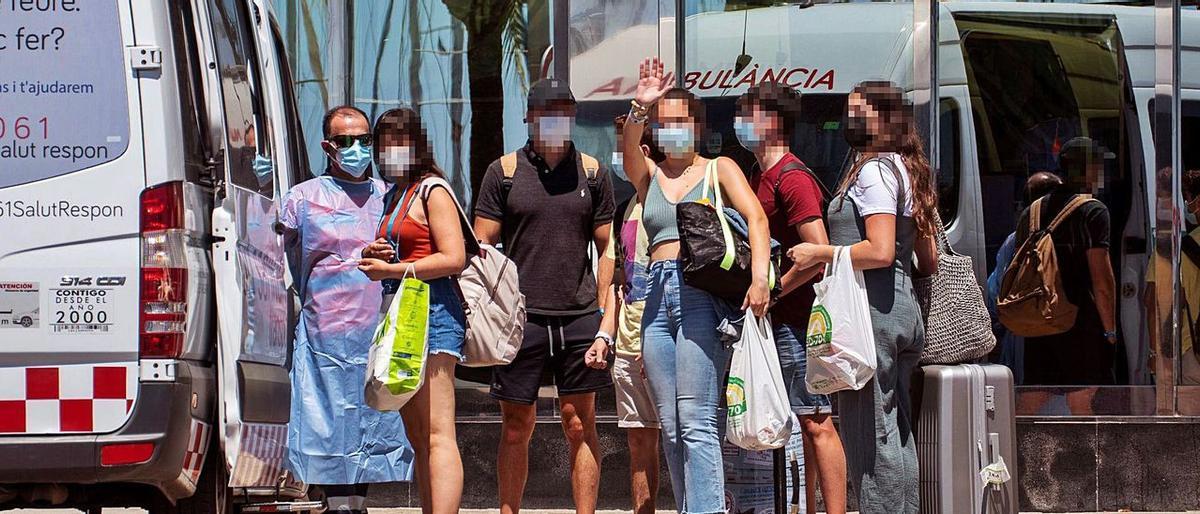 Un grupo de jóvenes, este domingo, a su llegada al Hotel Palma Bellver, donde quedaron confinados.