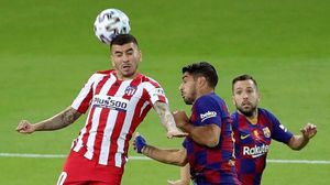 Correa, presionado por Luis Suárez y Jordi Alba.