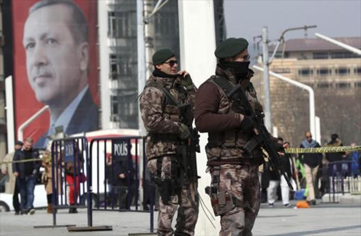 Soldados turcos ante un cartel gigante de Erdogan en Estambull que pide sí para el referéndum de abril.