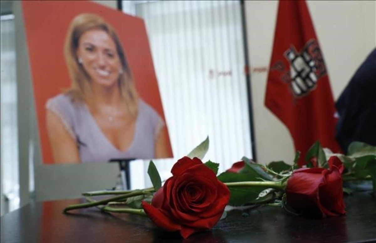 Rosas rojas y un retrato de Carme Chacón en la sede del PSOE en Madrid, donde se instaló la capilla ardiente de la exministra.