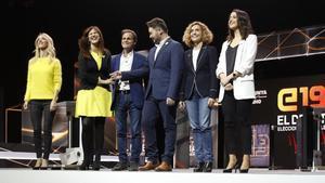 Los candidatos posan ante la prensa gráfica antes de iniciar el debate en TV-3.