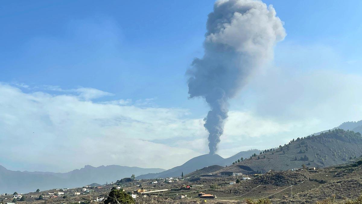 El volcán de La Palma vuelve a emitir lava y cenizas, tras un breve parón.