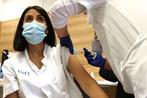 Un profesional del Consorci Sanitari de Terrassa inyecta una de las vacunas contra el covid-19, el 7 de enero de 2021