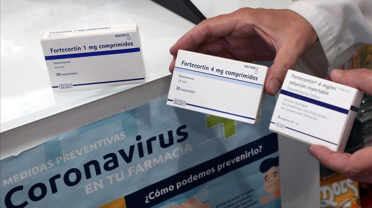 Un farmacéutico muestra dos envases de dezametasona en su farmacia, en Santiago de Compostela