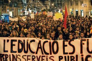 Manifestació d'estudiants universitaris pel centre de Barcelona contra lesretallades en educació.
