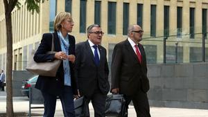 El alcalde de Lleida, Àngel Ros, acompañado de su esposa, Neus, y de su abogado, Paco Sapena, a su llegada esta mañana a la Ciutat de la Justicia.