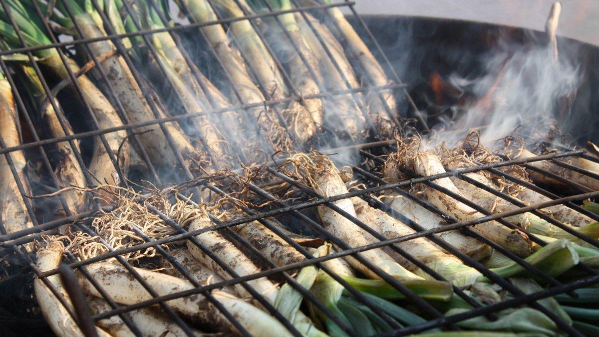 'Calçots' acababándose de cocer al fuego.