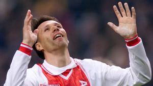 Van Basten se lamenta de una jugada en un partido de homenaje del Ajax.