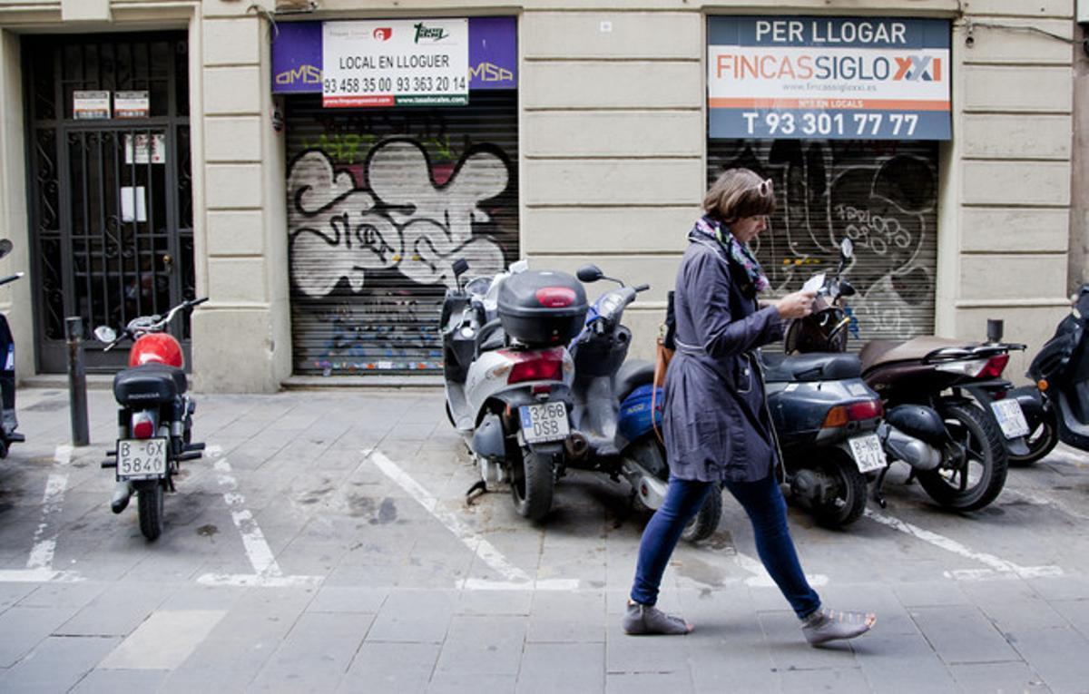 Locales comerciales cerrados en la calle de Sant Pere més Alt, en Ciutat Vella, este martes.