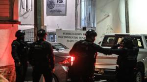 El exgobernador de Puebla Mario Marín es llevado a las oficinas de la Fiscalía General de la República en Acapulco, tras ser detenido.