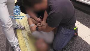 La Policía Nacional ha detenido en Madrid a un hombre acusado de grabar partes íntimas de más de 500 mujeres sin su consentimiento para, posteriormente, publicarlas en páginas pornográficas, lo que se conoce como 'Up skirting': vídeos no autorizados grabados bajo las faldas.