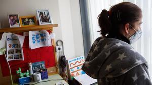 Marta (nombre ficticio) en su habitación de la residencia donde vive junto a otras personas con discapacidad intelectual.