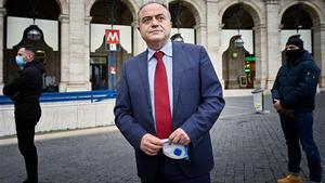 El fiscal italiano Nicola Gratteri, custodiado por dos agentes de su escolta.