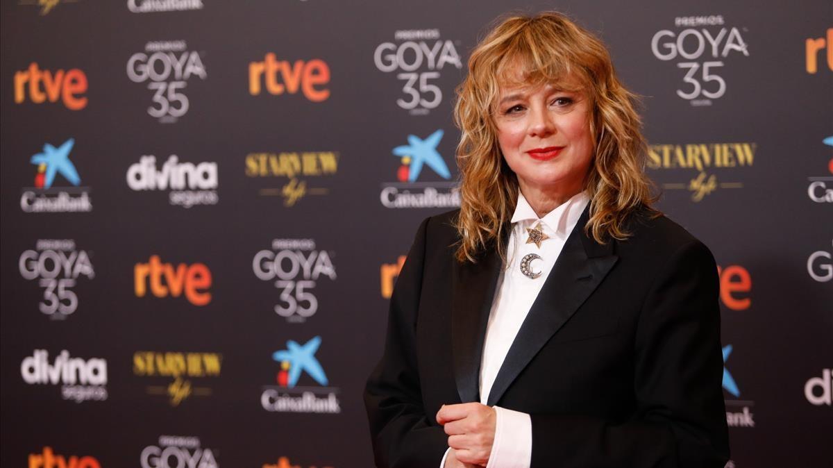 La actriz Emma Suarezposa en la alfombra roja en la 35 edicion de los Premios Goya