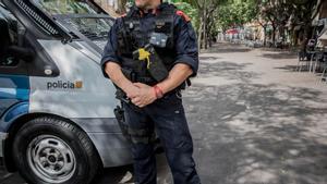 Un agente de los ARRO de los Mossos, en la avenida Severo Ochoa de L'Hospitalet, en una imagen de archivo de septiembre de 2019.