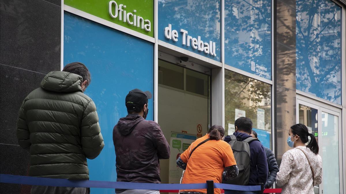 Cola delante de una Oficina de Treball de la Generalitat en Barcelona para tramitar el paro.