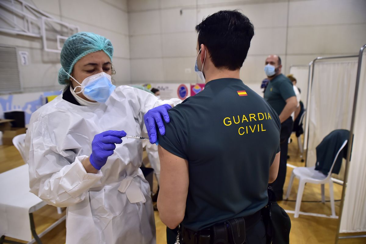 Un agente de la Guardia Civil recibe la vacuna contra el covid-19.