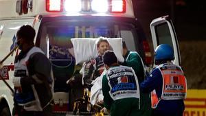 Romain Grosjean, trasladado en ambulancia tras el accidente en Bahréin.